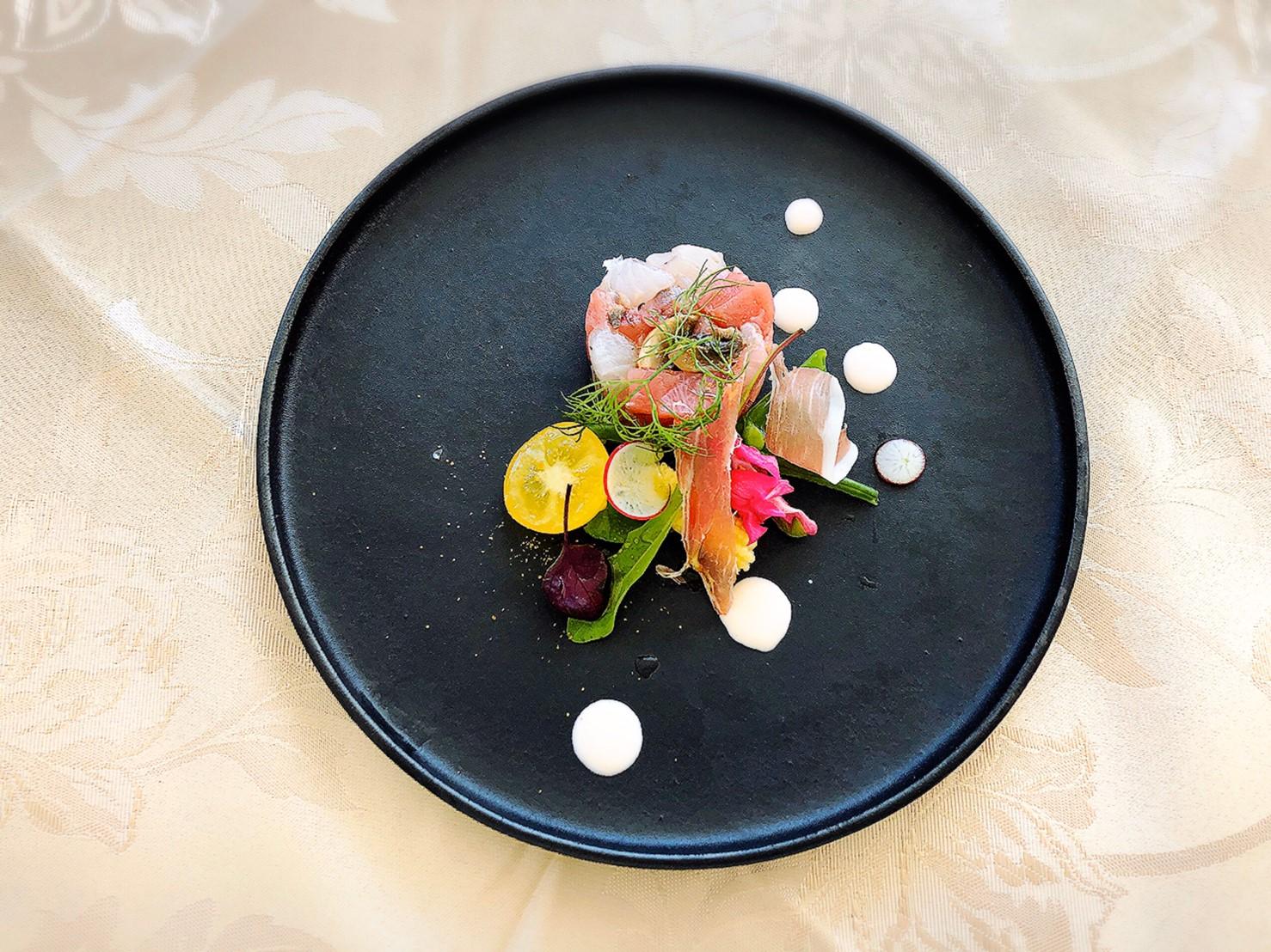 【前菜】本鮪と平目のタルタル 地場野菜とハモンセラーノのサラダ仕立て ぺルノーソース